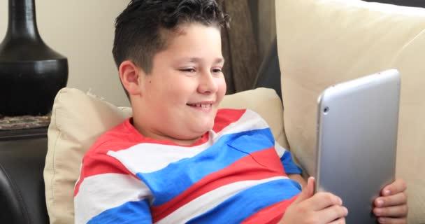 Portrét roztomilý nedospělý chlapec s tablet pc doma s audiovizuální volání