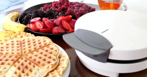 Výroba domácích lahodné vafle v elektrické vafle výrobce