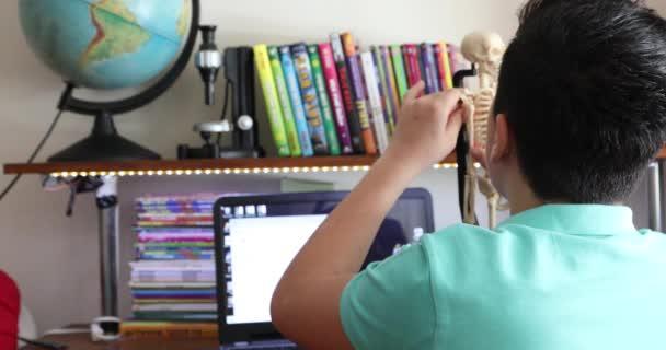 Školák dělá své domácí úkoly s počítačové distanční vzdělávání pro školáky