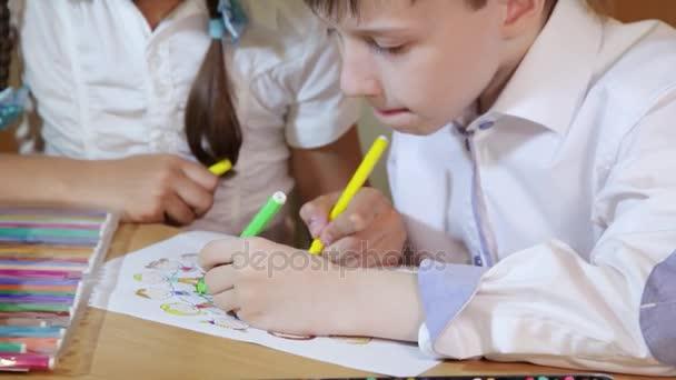 Los niños dibujan en el papel. Concepto de creatividad y educación ...