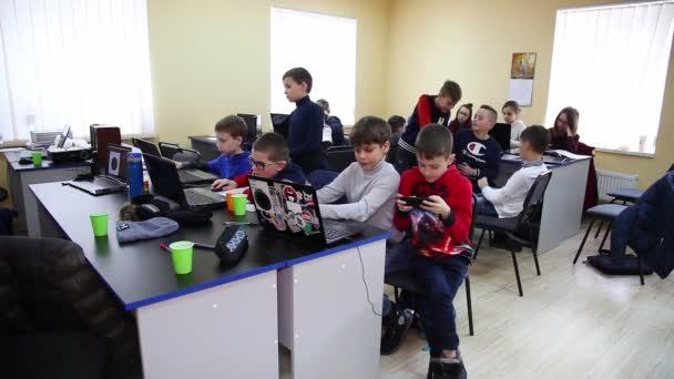 December, 2017. Vinnica, Ukrajna: Programozó képzés osztály. Tizenéves fiúk program. Oktatás, a gyermekek és a tizenévesek. Gyermekek iskolai programozók.