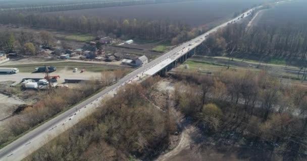 Oprava dálnice. Oprava asfaltové cesty. Úsek objížďky s opravou. Výstavba a opravy silnic a dálnic. Práce na silnici.