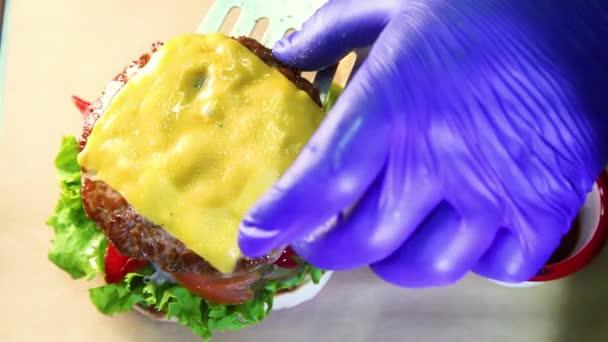 Burger s masem a zeleninou. Dvojitý sýrový burger. Horký burger v pálivé omáčce. Šťavnatý cheeseburger.