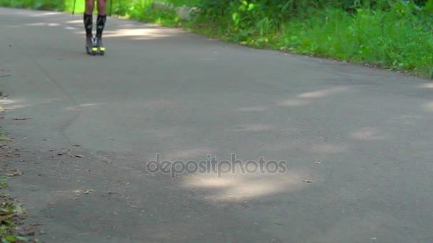 Slow Motion: Sportovec (lyžař) se zabývá lyžování v létě v parku. Zajede na kolečkové lyže asfaltových cest v parku. Kolečkové lyže umožňují účastnit se letních aktivit.