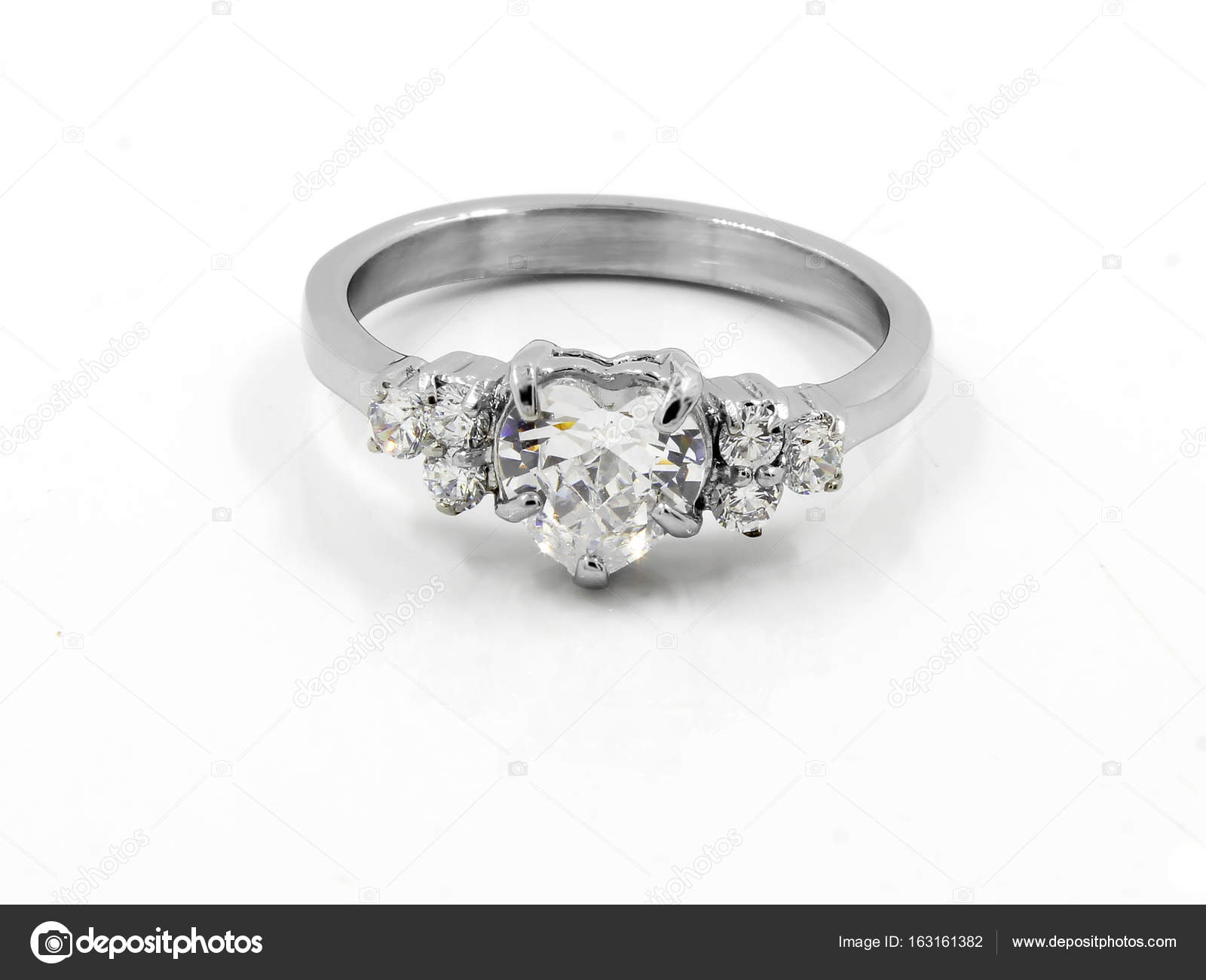 Ρομαντικό χρώμα δαχτυλίδι - Ανοξείδωτα - ένα φόντο — Εικόνα από JanDix 4708ff5acec