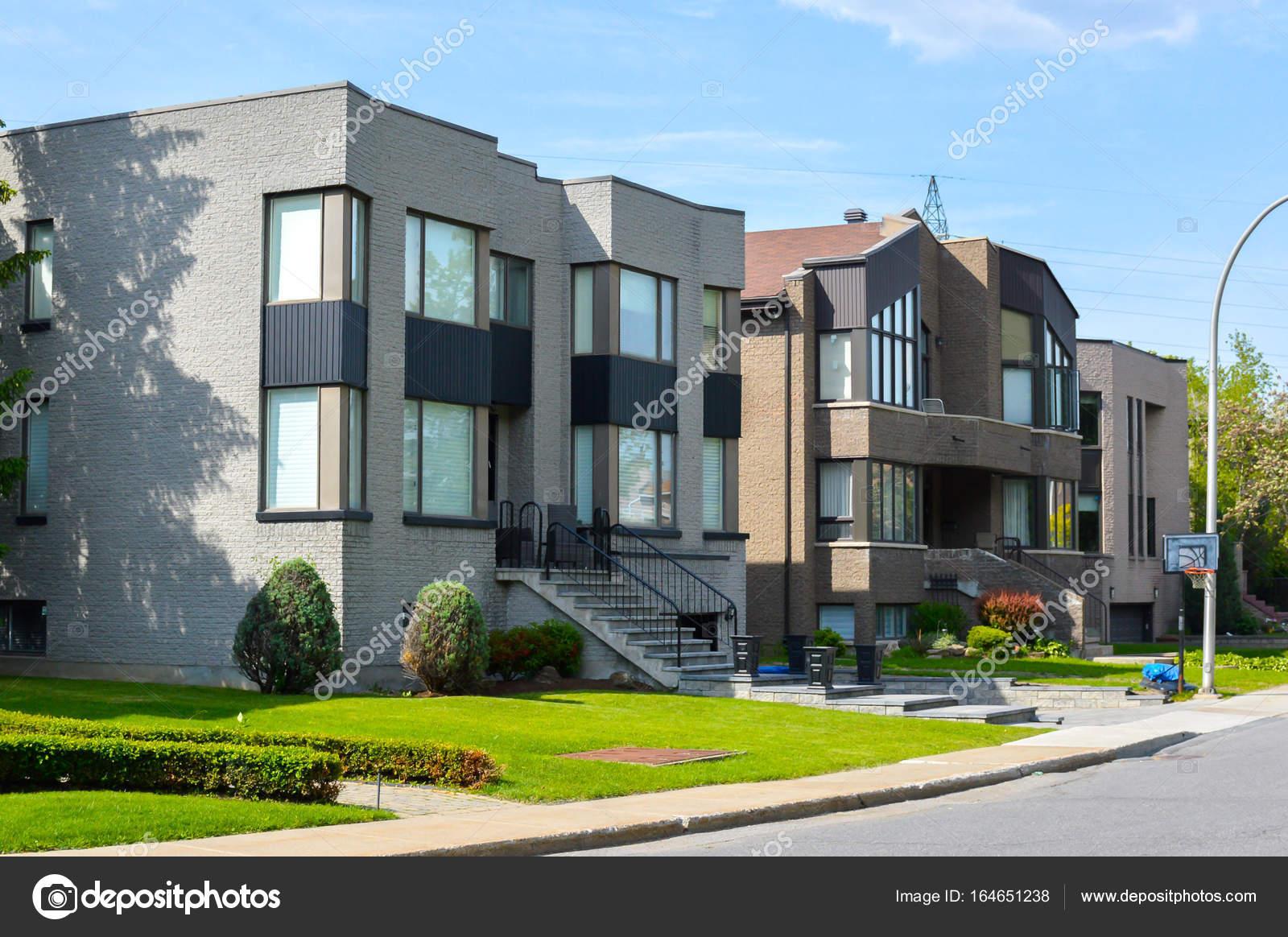 Cher maison moderne avec grandes fenêtres à Montréal ...