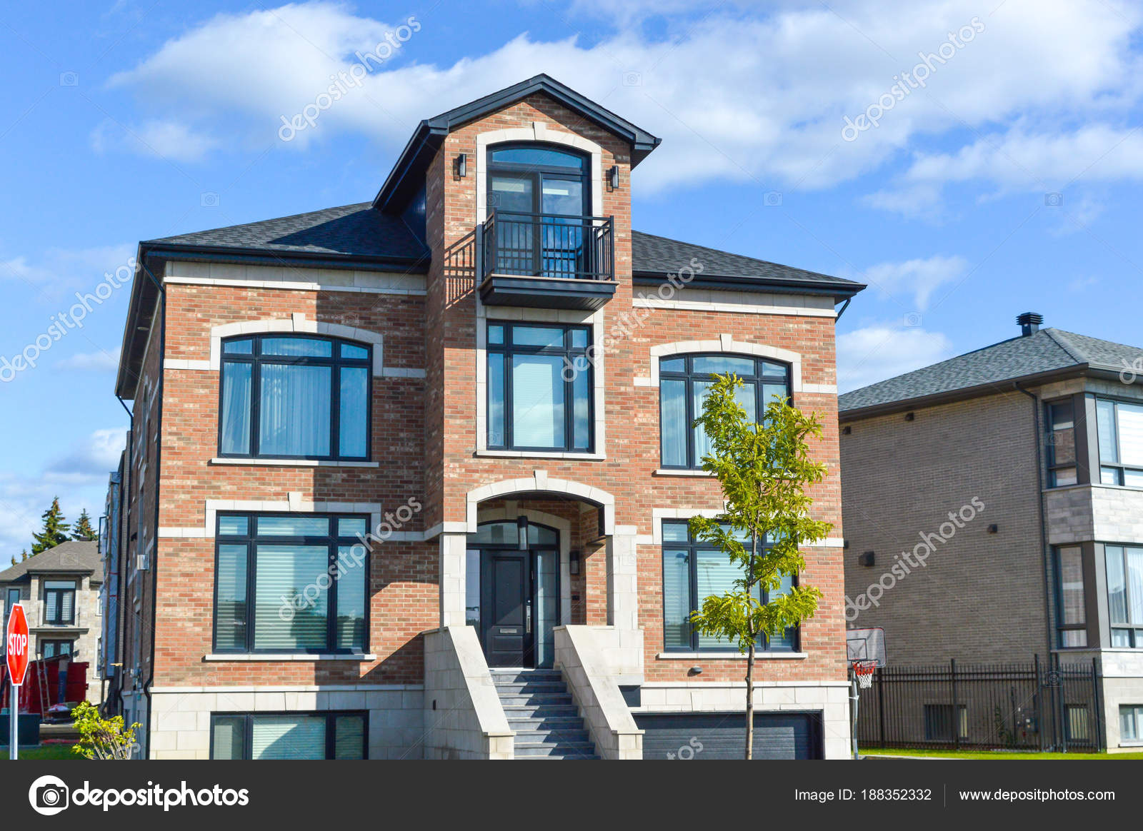 Cher Maison Moderne Avec Grandes Fenêtres Montréal Canadau2013 Images De Stock  Libres De Droits