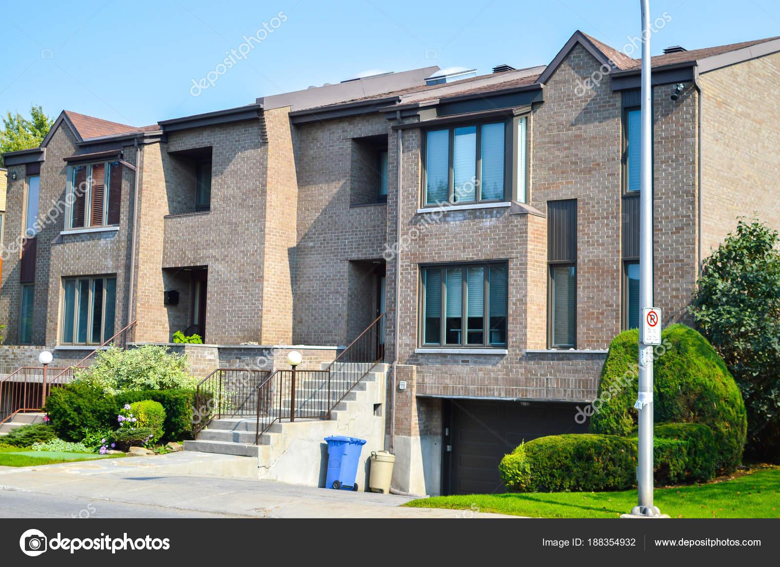 Cher Maison Moderne Avec Grandes Fenêtres Montréal Canada ...