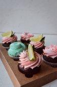Fotografia Gustosi cupcakes sulla tabella di sfondo. Bigné di muffin al cioccolato fatti in casa con crema di burro panna glassa. Bigné di compleanno. Confetteria dolci di San Valentino. Chiuda in su deliziosi dessert dolce vista