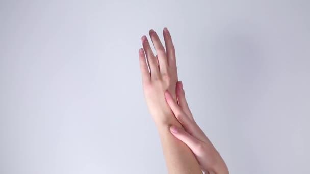 dívčí ruce na bílém pozadí