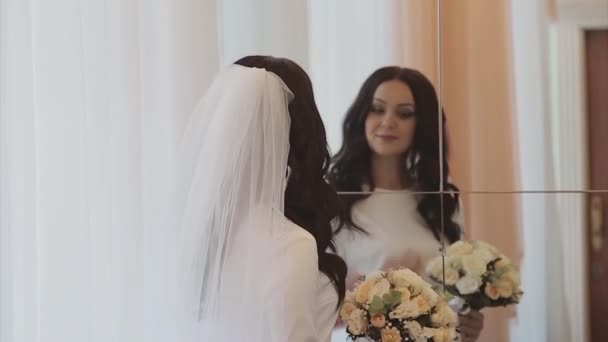 nevěsta si zkouší svatební šaty. Dívka obdivuje svůj odraz v zrcadle. Svatební módní koncept, rodinný den, Valentýn