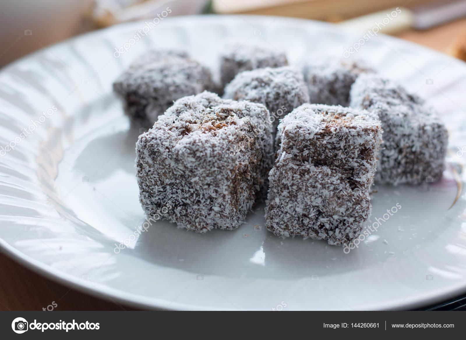 Nahaufnahme Von Schokolade Kuchen Mit Kokosmehl Stockfoto C Radebg