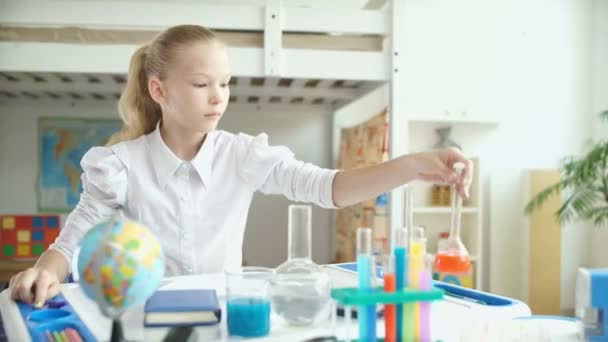 Ragazza facendo esperimento di chimica