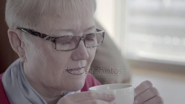 Ritratto di una donna matura delletà di pensionamento, bere il tè