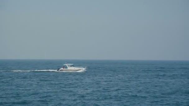 Pohled od moře: vlny a loď.