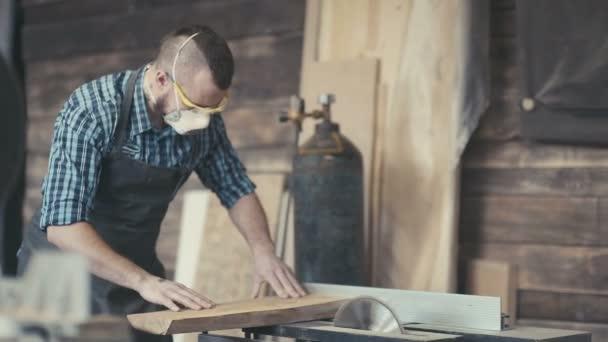 Řemeslník s brutální účes a brýle uložené práce na pracovní stanici