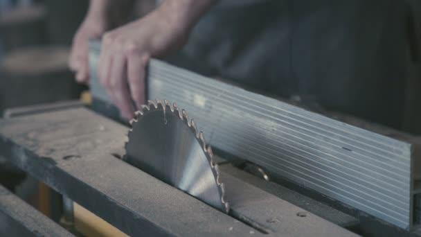 Nástroje v truhlářské dílně: kotoučová pila, pily