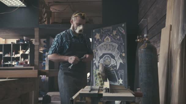 Truhlář řemeslník řezivo dřevo dřevěné části koncepce