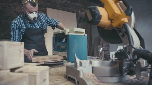 Proces práce truhláře. Dřevěné části koncepce