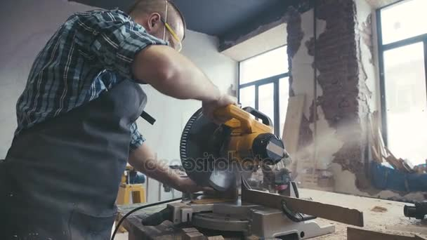 Tesařské práce s elektrická skládačka. Seminář truhlářem
