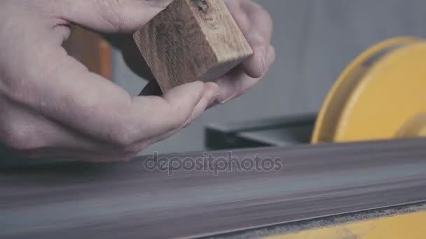 Übergibt ein Schreiner und Tischler-Werkzeuge arbeiten. Tischler ...