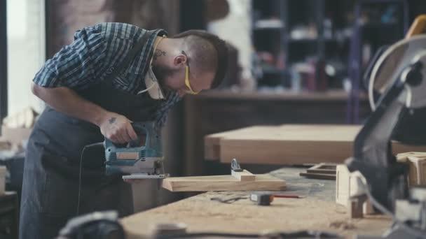 Pracoviště truhláře. Tesařské práce s hoblík v dílně