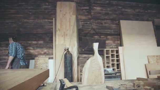 Moderní architekt, ax a naštípat kus dřeva.