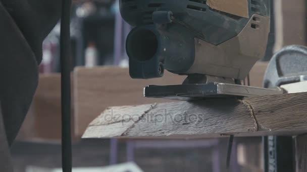 Detail z kusu dřeva řezané elektrická skládačka. Zpomalený pohyb