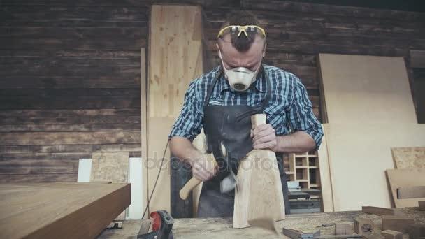 Woodman s ax, masky a brýle pro bezpečnost. Stylový řemeslník