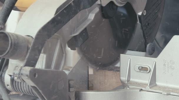 Detail: pila v truhlářské dílně. Elektrická přímočará pila
