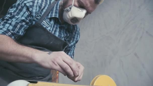 Elektrické stroje pro zpracování dřeva: Carpenter držení dřeva. Broušení