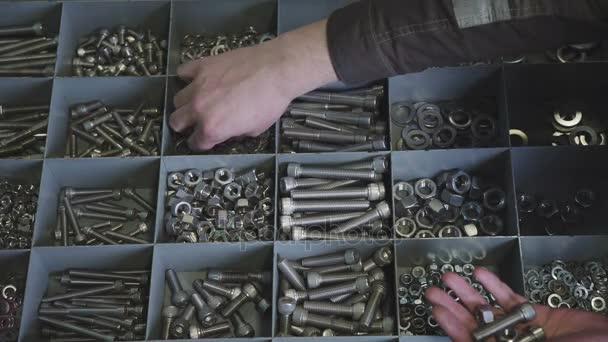 Kovové knoflíky. . Detail různých ocelových ořechů, šroubů. Hardware