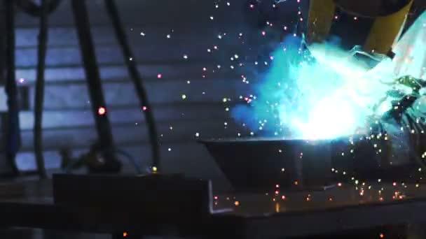elektrické kolo broušení na ocelové konstrukci v továrně.