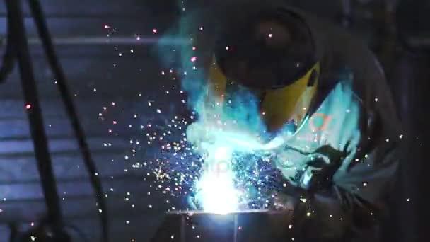Pracovník s ochrannou maskou svařování kovů. Slowmo