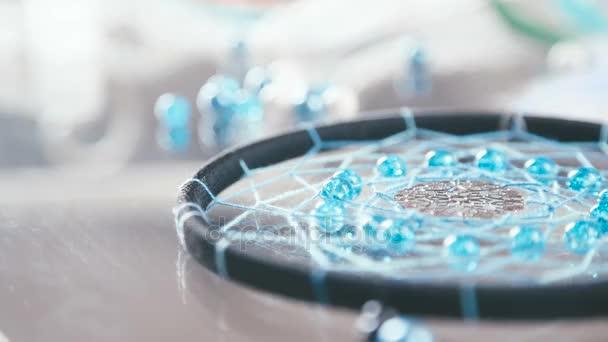 Dreamcatcher fom nero filo e turchese perle intorno in slowmotion