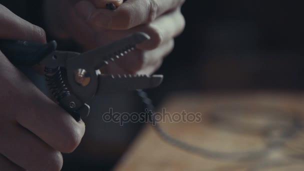 Elektrikář pracuje na vodičů pomocí kleští Strip