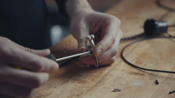 Elektrikáři otáčí šrouby pomocí šroubováku na retro-plug