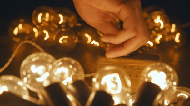 Mužské ruky Switch elektrické relé retro věnec. Průmyslová žárovka