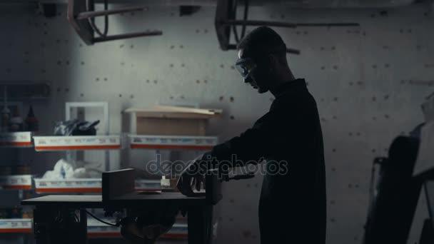 Truhlářem pracuje s elektrická skládačka a zpracovává výrobky dřevěné