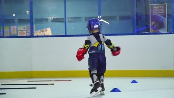 Rusko, Novosibirsk, 2017: Boy hokejista v modré přilby