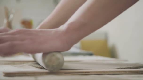 Frau rollt Keramiker Ton Spezialwerkzeug. Töpferei und Keramik.