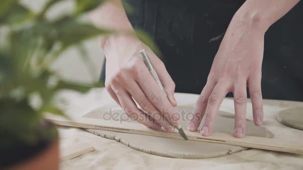 Nahaufnahme der Töpfermeister, Ton schneiden Spezialwerkzeug. Meißel für clay