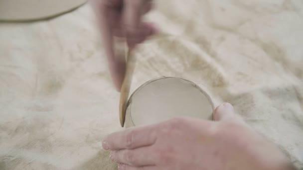 Close-up der Töpfer macht einen Becher aus Ton. Der Prozess der Erstellung potter