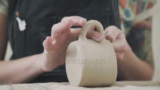 Keramik Frau Potter Formen Ton und macht eine stilvolle Gerichte