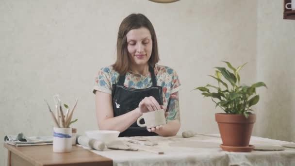 Handgefertigte Keramik: ein Becher aus Ton. Der Prozess der Erstellung Keramik