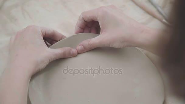 Nahaufnahme der Knetmasse, den Prozess der Erstellung von keramischer Platten.
