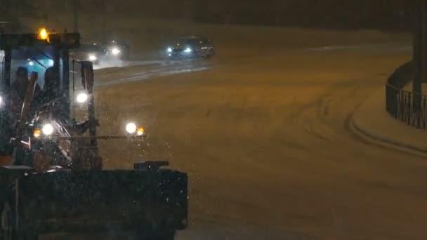 Zasněžovací technika jízdy po silnici, město. Špatné počasí