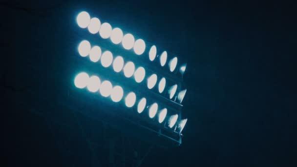 Perssonovi na sportovní stadion svítí na tmavé obloze.