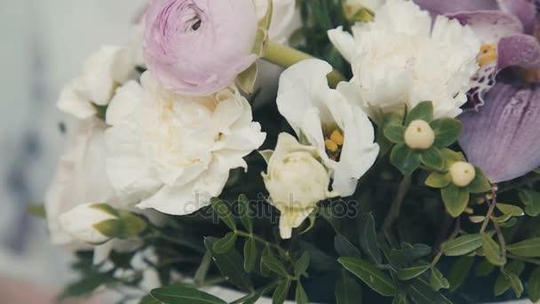 A folyamat létrehozása virág kompozíció. Virágüzlet