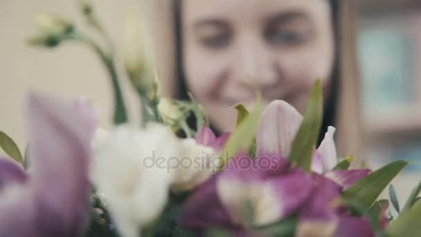 Aranyos koncentrált fiatal női virágüzlet, virágbolt dolgozó.